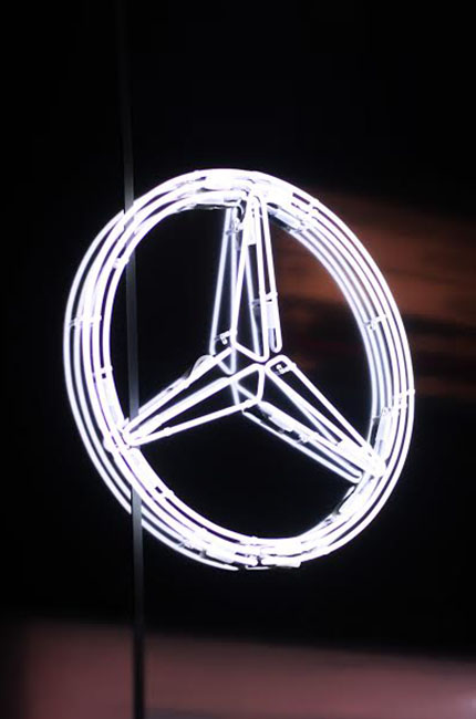 Mercedes Stern Logo aus Neonlicht