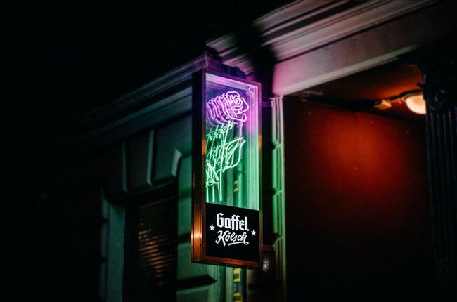 Roses Köln Logo als Nasenschild mit einer Rose aus Neonlicht