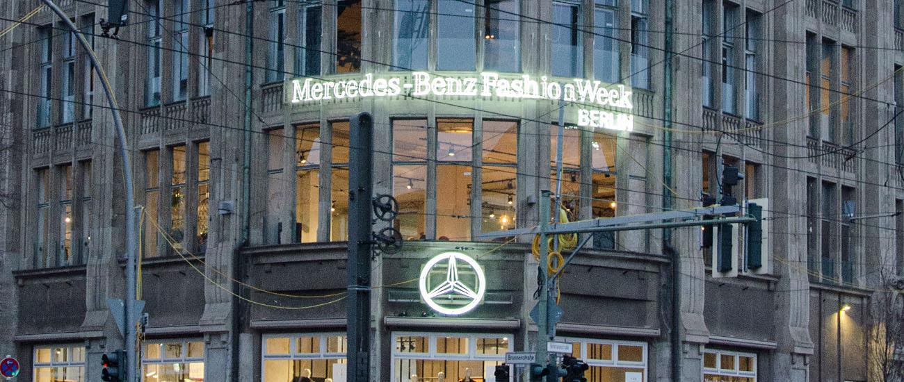 Fashion Week Außenfassade Neonlicht Logo Mercedes Benz