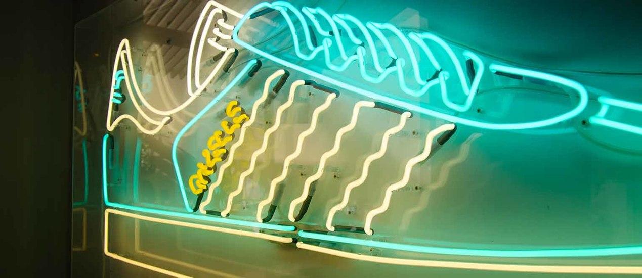 Adidas Gazelle Schuhmotiv in Neonlicht